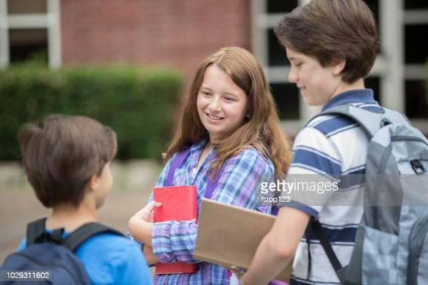 amigos de estudante elementar no campus. - somente crianças - fotografias e filmes do acervo