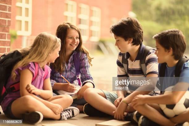 amigos elementares do estudante no terreno. - somente crianças - fotografias e filmes do acervo