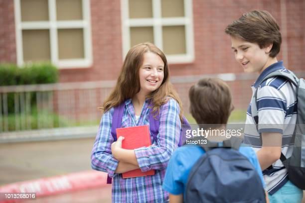 amigos de estudante elementar curta de classe. - somente crianças - fotografias e filmes do acervo