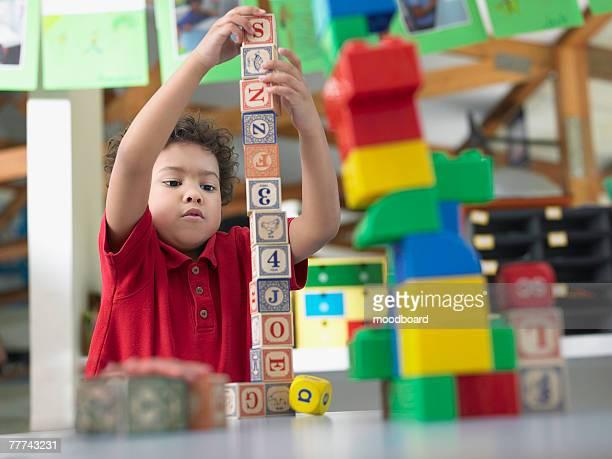 elementary student playing with building blocks - pilha arranjo - fotografias e filmes do acervo