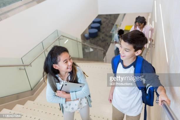 grundschüler treppen in der schule - schüler der junior high school stock-fotos und bilder