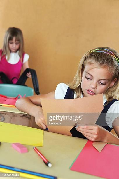 Gli studenti elementari in Aula lavorare su progetti