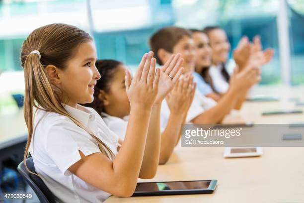Les étudiants de l'école primaire professeur applaudir privé