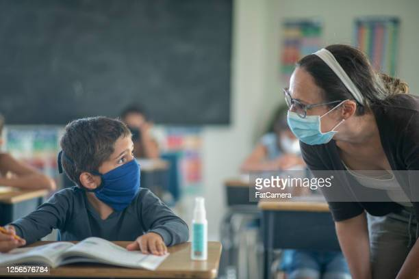 elementary students in the classroom wearing masks - fatcamera stock pictures, royalty-free photos & images