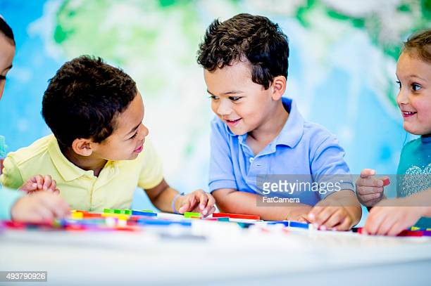 École élémentaire étudiants jouant avec blocs