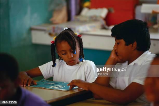 elementary students reading dutch lesson - sint eustatius stockfoto's en -beelden