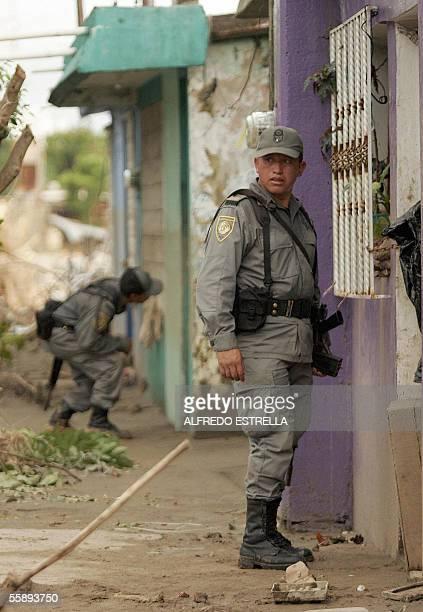Elementos de la Policia Federal Preventiva revisan las casas del fraccionamiento Framboyanes en el otro lado del rio Coatan en la ciudad de Tapachula...