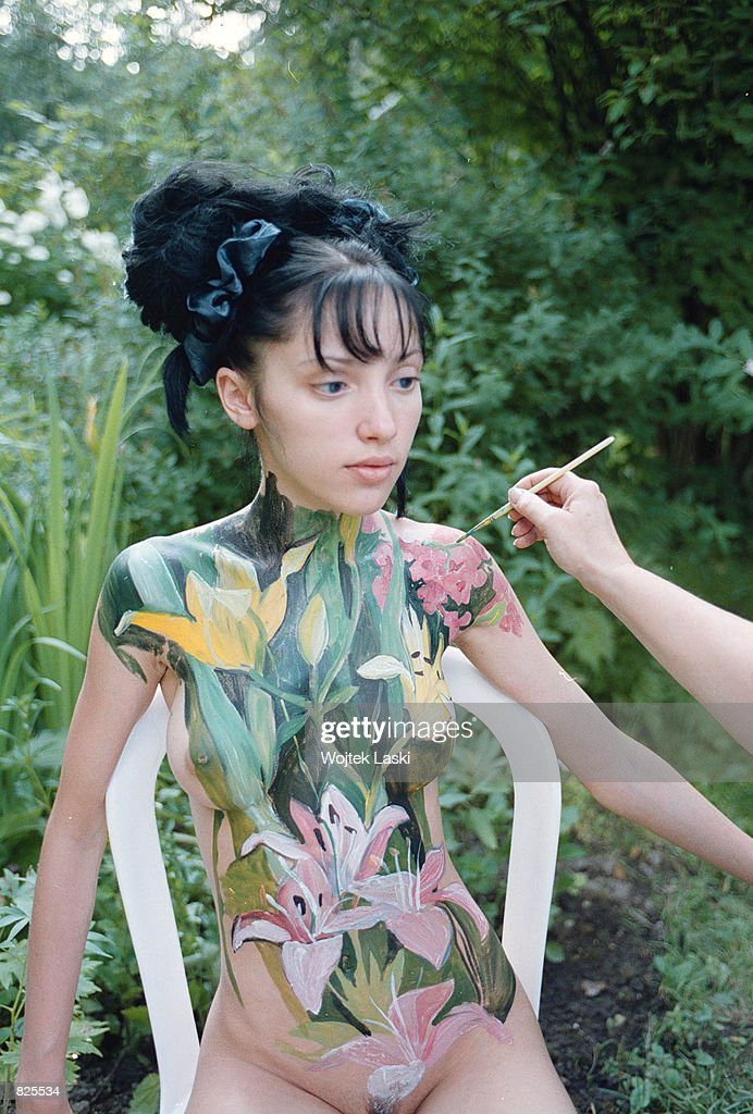 Elena Mukhanova Paints Flower Patterns On A Nude Girl In Her Garden News Photo -2952