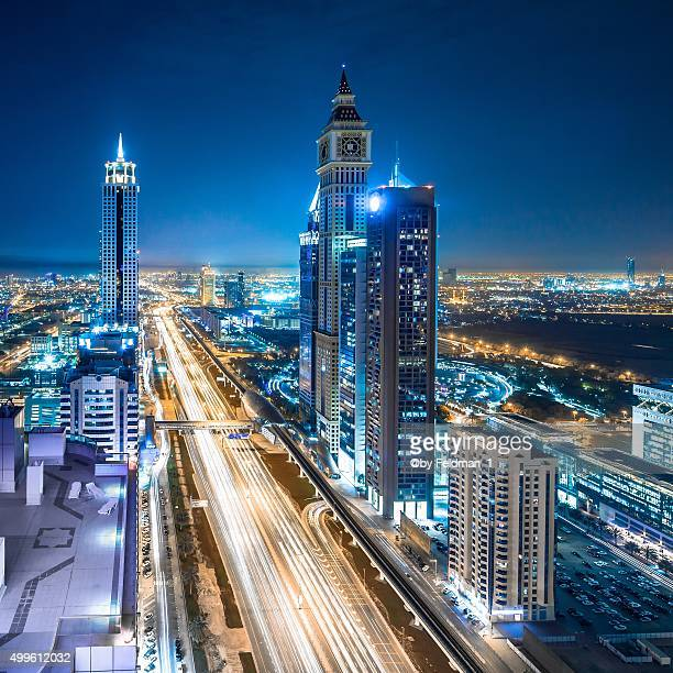 elevated cityscape of dubai illuminated at night - países del golfo fotografías e imágenes de stock