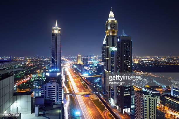 elevated cityscape of sheikh zayed road in dubai at night - países del golfo fotografías e imágenes de stock