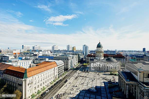 elevated cityscape with german cathedral and geldarmarkt, berlin, germany - gendarmenmarkt - fotografias e filmes do acervo