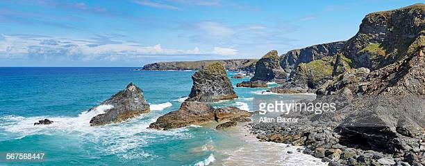 elevated panoramic format image of bedruthan steps - costa rocciosa foto e immagini stock