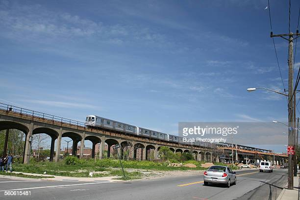 elevated railway in the rockaways, new york city - rockaway peninsula photos et images de collection
