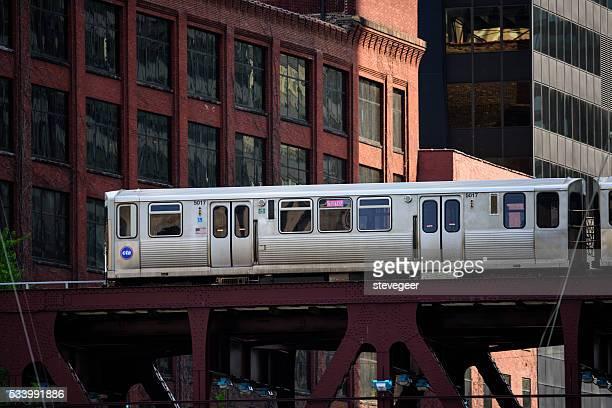Hochbahn-Zug auf der Brücke in Chicago