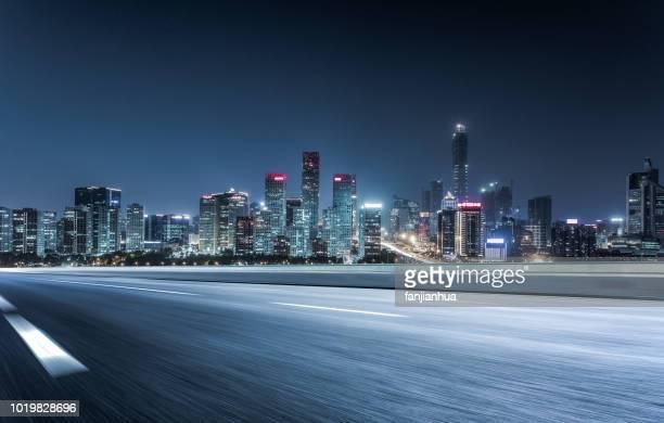 elevated road,city skyline on background - nacht stock-fotos und bilder