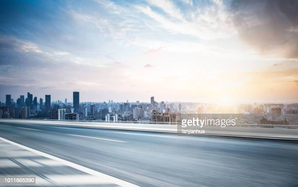 elevated road,shanghai skyline on background - weg stockfoto's en -beelden