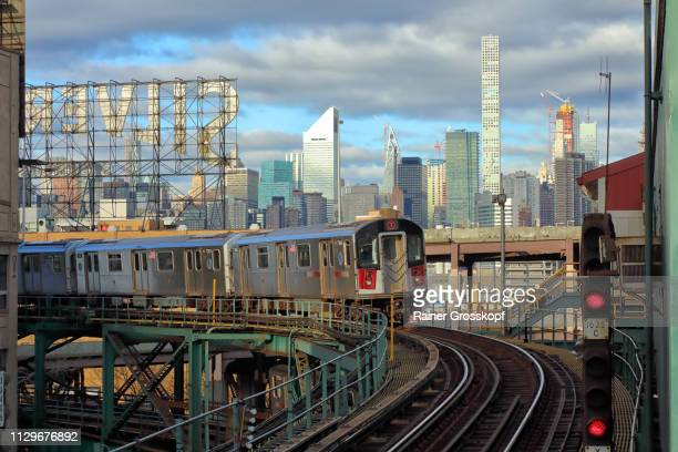 elevated subway 7 in a curve with skyline in background - rainer grosskopf stock pictures, royalty-free photos & images