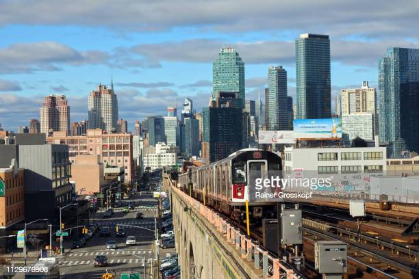 elevated subway 7 in queens with skyline in background - rainer grosskopf stock pictures, royalty-free photos & images