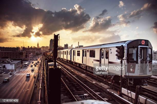 高架地下鉄列車とニューヨーク・スカイライン - ニューヨーク市クイーンズ区 ストックフォトと画像