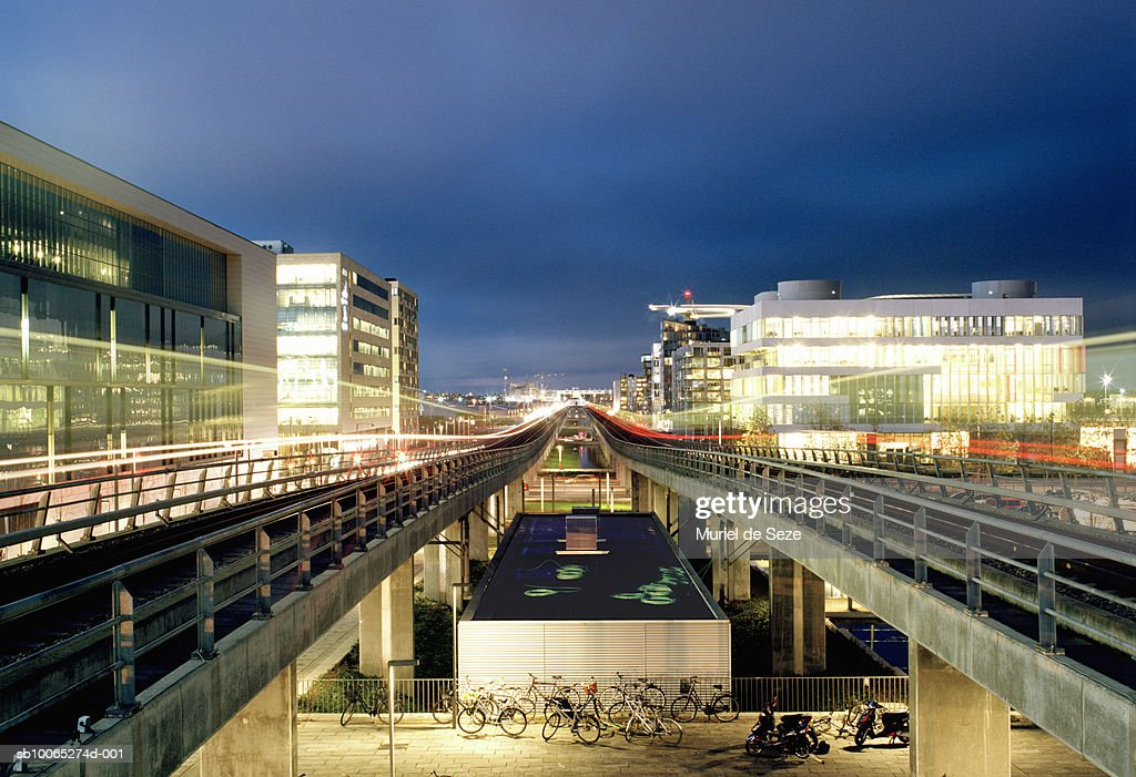 Elevated train tracks in city, blurred motion, dusk : Foto stock