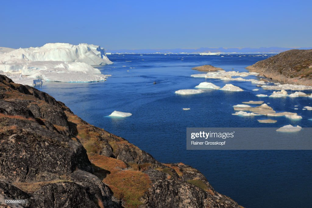 Elevated view from rocky terrain at huge icebergs : Stock-Foto