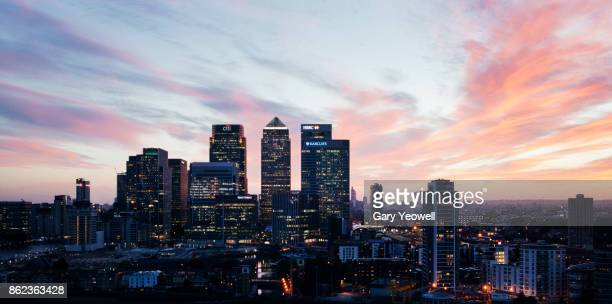 elevated view of canary wharf in london - canary wharf fotografías e imágenes de stock