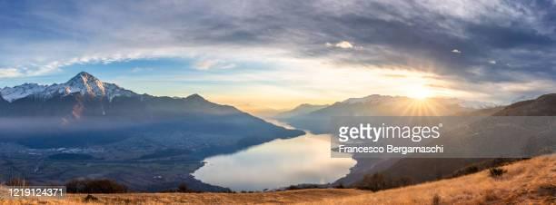 elevated view of como lake at sunset. - chum stock-fotos und bilder