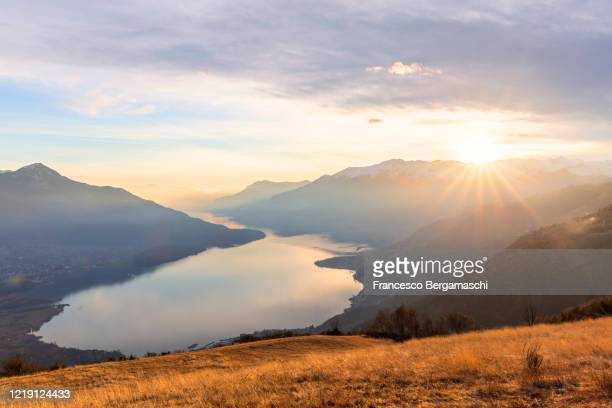 elevated view of como lake at sunset - chum stock-fotos und bilder