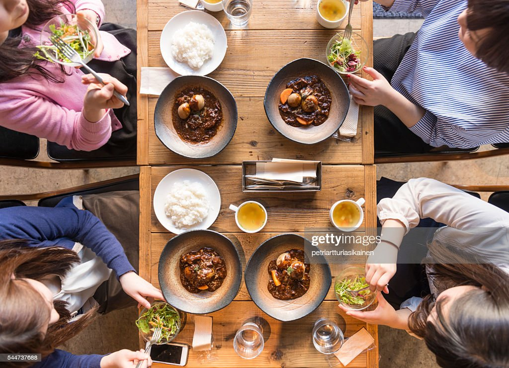 Elevated view of four women eating. : Stock-Foto