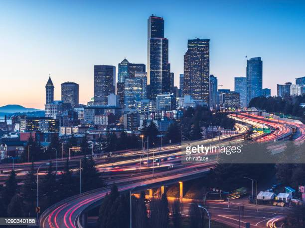 elevated view of interstate 5 and seattle downtown skyline - washington state stock pictures, royalty-free photos & images