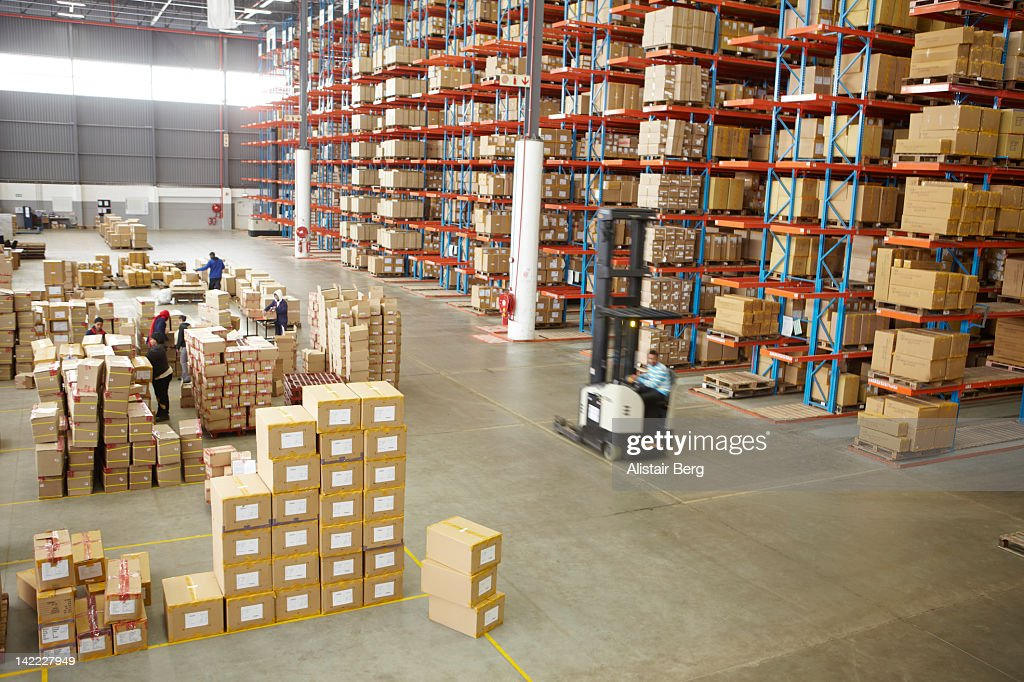 Elevated view of large distribution warehouse : Foto stock
