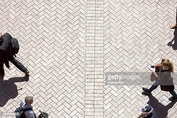 Erhöhte Ansicht von street mit Touristen und Personen, Textfreiraum