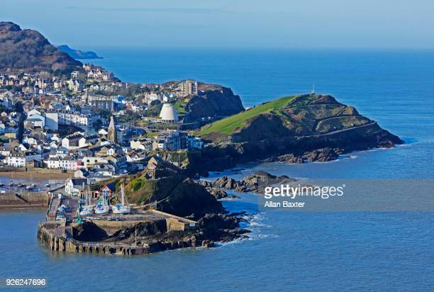 elevated view of the fishing village of ilfracombe in north devon - イギリス エクセター ストックフォトと画像