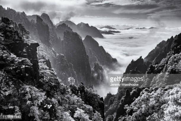 elevated view of the grand canyon of the huangshan mountains - jeremy woodhouse stock pictures, royalty-free photos & images