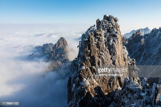elevated view of the huangshan mountains and the sea of clouds from the beginning to believe viewpont - lotus flower peak stock pictures, royalty-free photos & images