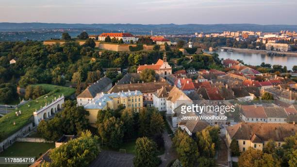 elevated view of the petrovaradin fortress at dawn - servië stockfoto's en -beelden