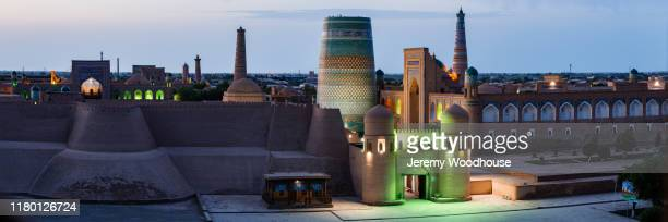 elevated view of the south gate of the old town of khiva - uzbekistan foto e immagini stock