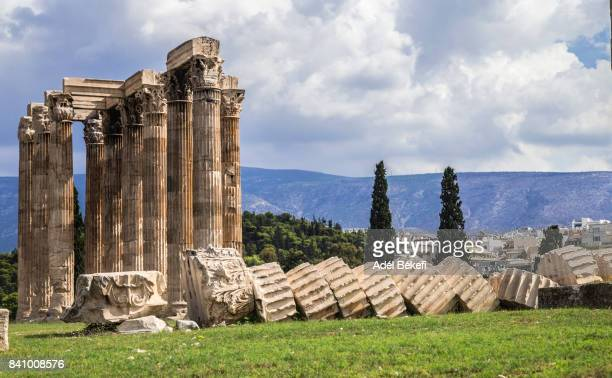elevated view of the 'temple of olympian zeus' colossal ruined temple in central athens - oude ruïne stockfoto's en -beelden