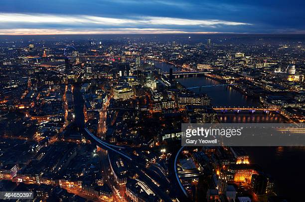 elevated view over city and river thames at dusk - yeowell foto e immagini stock