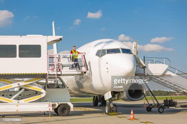 ascensore per passeggeri su sedia a rotelle in aeroporto - izusek foto e immagini stock
