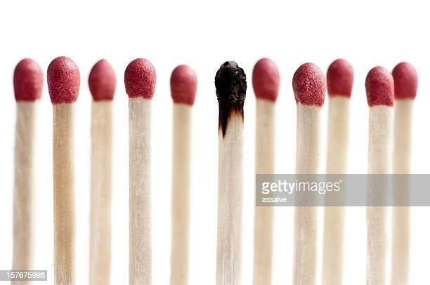 undici matchsticks in piedi in fila una bruciate - fiammifero foto e immagini stock