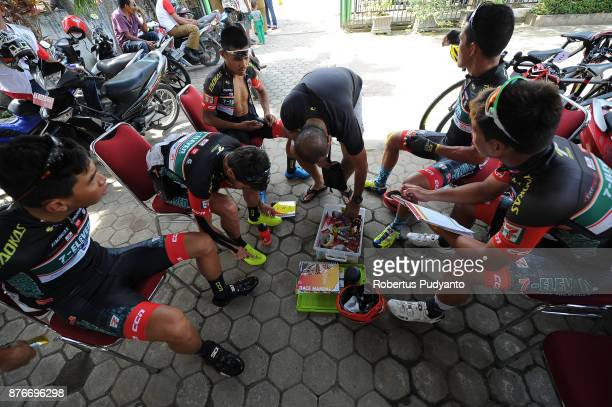Eleven Roadbike Philippines cyclists prepare during the stage 3 of the Tour de Singkarak 2017 Muaro SijunjungDharmasraya 1613 km on November 20 2017...