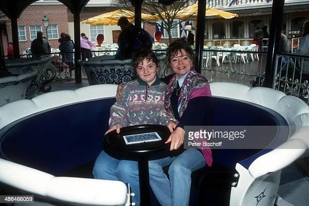 """Elfi Graf und Tochter Heidi, """"Europa Park"""" am , Rust bei Freiburg, Deutschland."""