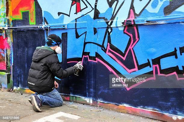 Elfjähriger Graffitimaler in Aktion Köln NordrheinWestfalen Deutschland