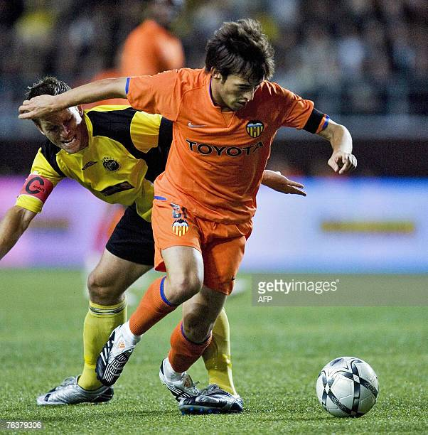 Elfsborgs Anders Svensson vies with Valencia's David Silva during their Champions League football qualifying match 29 August 2007 in Boras, Sweden....