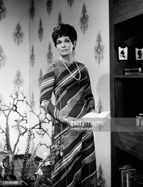 """Elftraud - auch Elfi - von Kalckreuth als Moderatorin der ZDF Sendung """"Ihr Musikwunsch"""" um 1969."""
