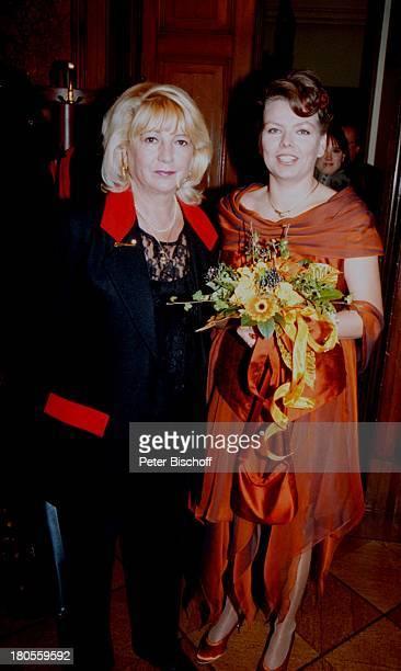 Elgin Angela Zander SchwiegermutterEvelyn Zander HochzeitBerlin Deutschland EuropaCharlottenburg Standesamt BrautBrautkleid Blumen Blumenstrauß