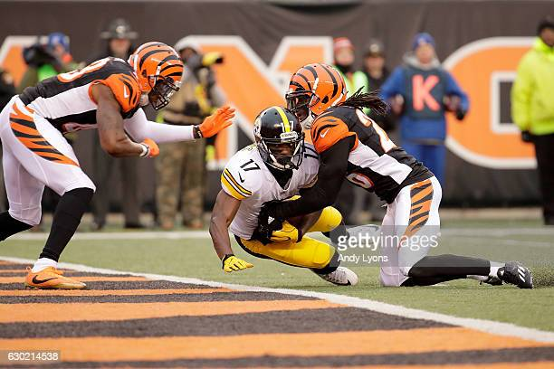 Eli Rogers of the Pittsburgh Steelers catches a pass for a touchdown while being defended by Josh Shaw of the Cincinnati Bengals and George Iloka of...