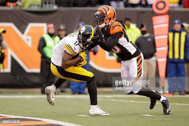 Eli Rogers of the Pittsburgh Steelers catches a pass for a touchdown while being defended by Josh Shaw of the Cincinnati Bengals during the fourth...