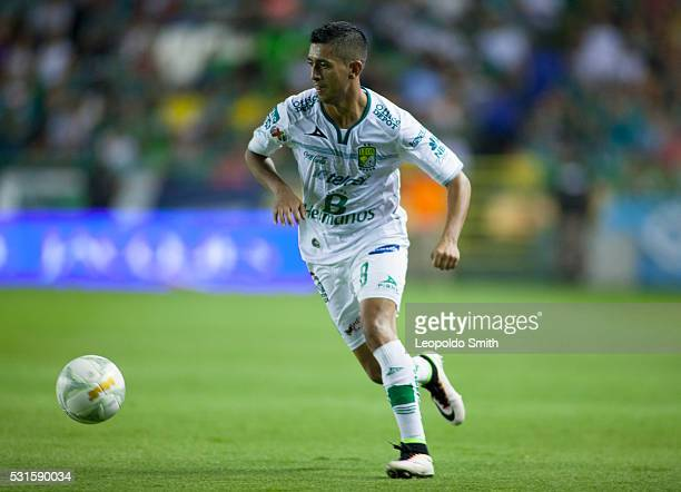 Elias Hernandez of Leon drives the ball during the quarter finals second leg match between Leon and Morelia as part of the Clausura 2016 Liga MX at...
